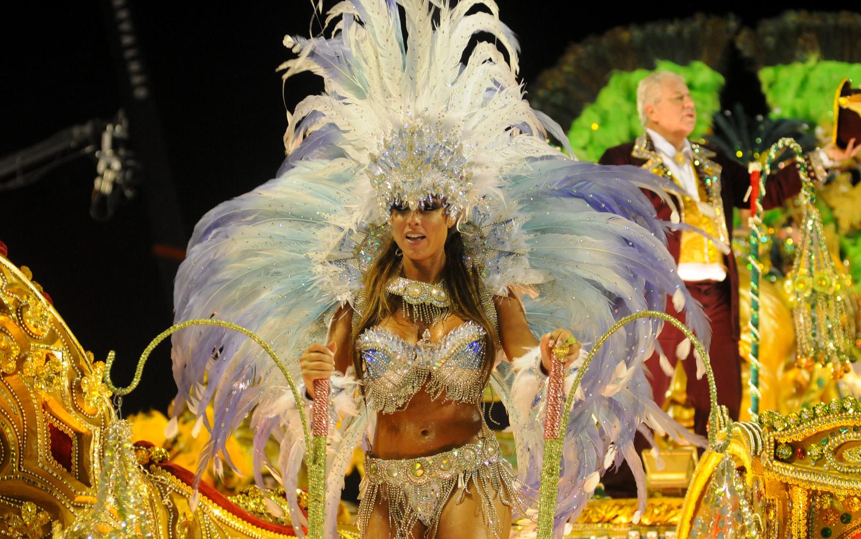Nicole Bahls foi destaque em carro alegórico da Beija-Flor de Nilópolis