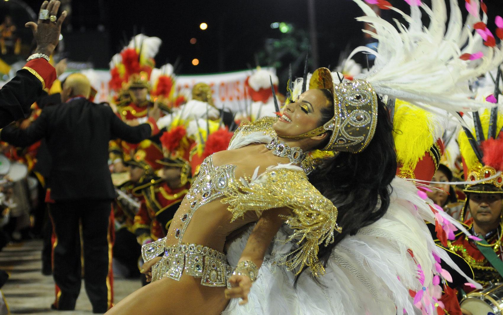 Carla Prata mostra desenvoltura no samba durante o desfile da Grande Rio na Sapucaí