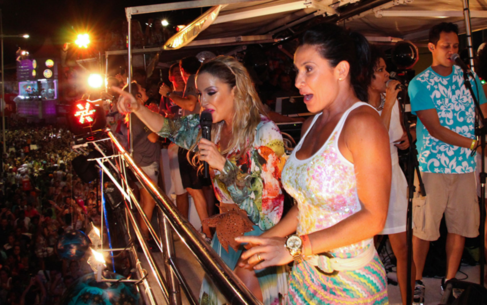 12/2/2013 - Claudia Leitte e Scheila Carvalho no trio da cantora no último dia do carnaval oficial em Salvador