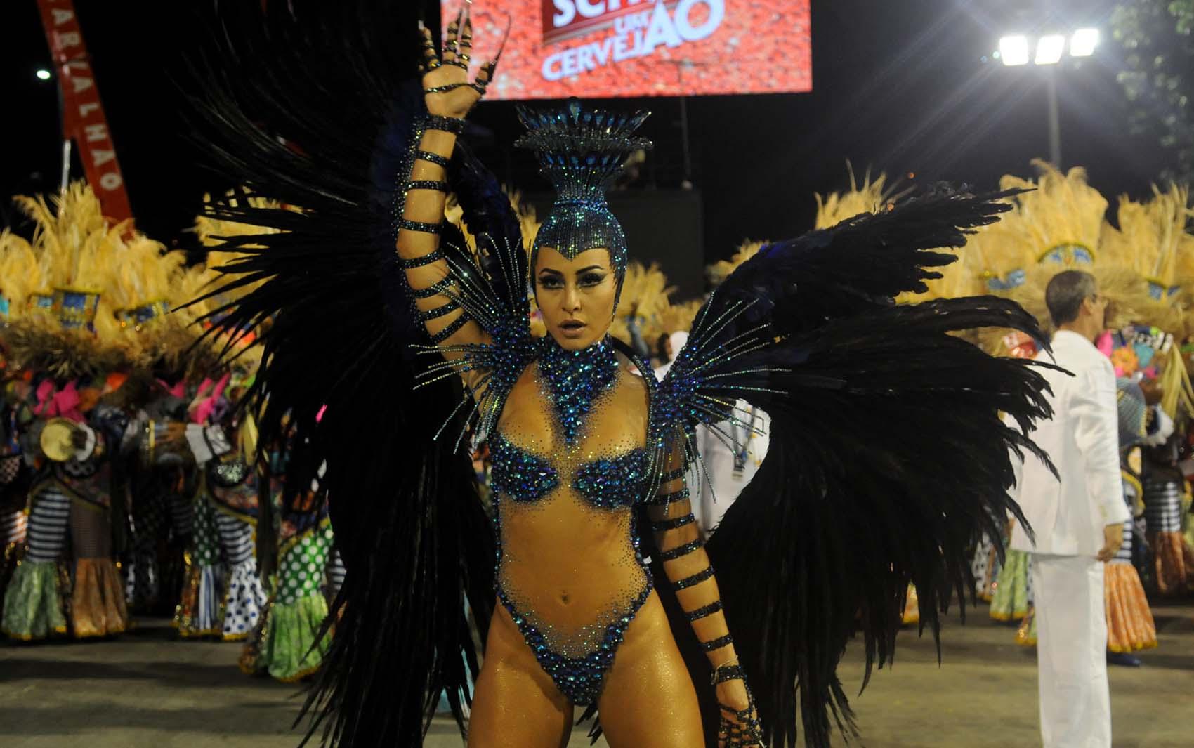 Sabrina Sato desfila pela Unidos de Vila Isabel, a última escola a desfilar no Rio pelo Grupo Especial