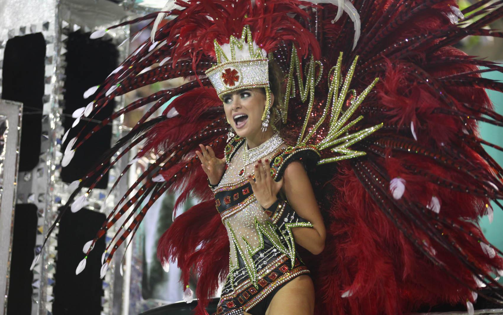 12/2/2013 - Destaque da Grande Rio canta samba da escola durante desfile