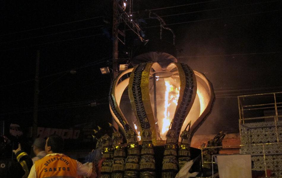 Em destaque, a 'coroa' do Rei Pelé em carro alegórico que pegou fogo em Santos, SP
