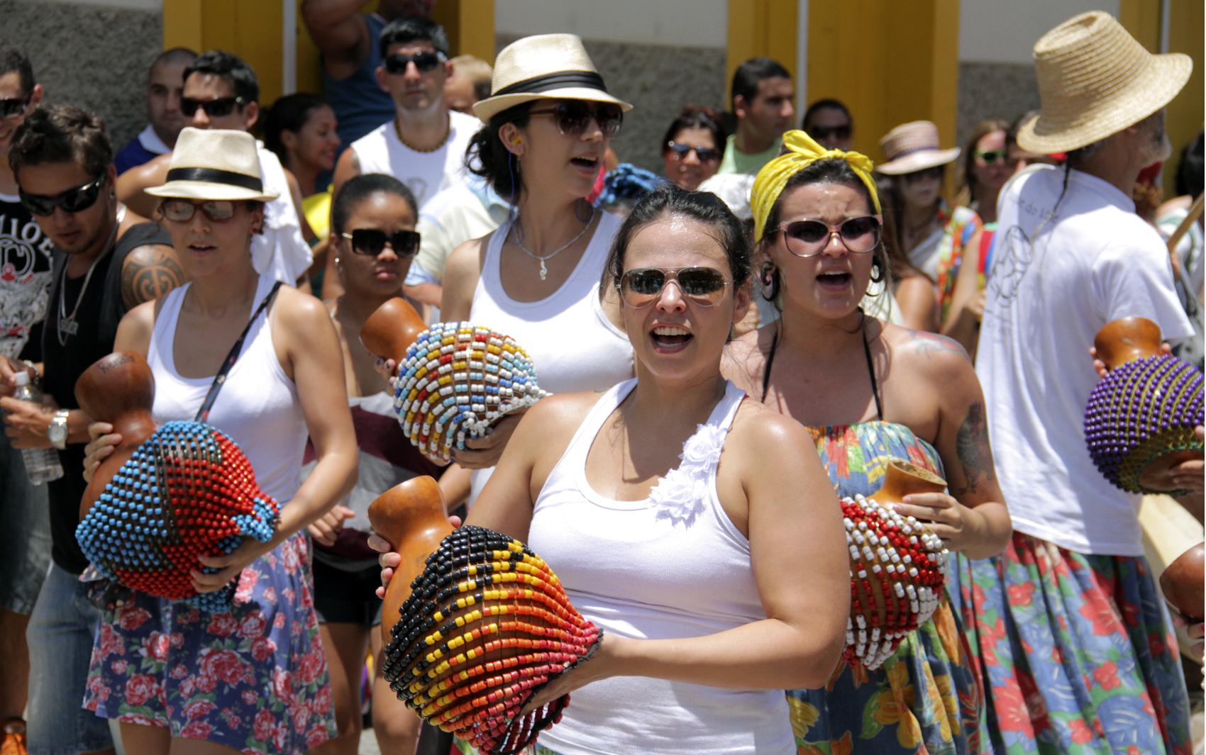 Grupo animou foliões ao som de maracatu em São Luiz do Paraitinga.