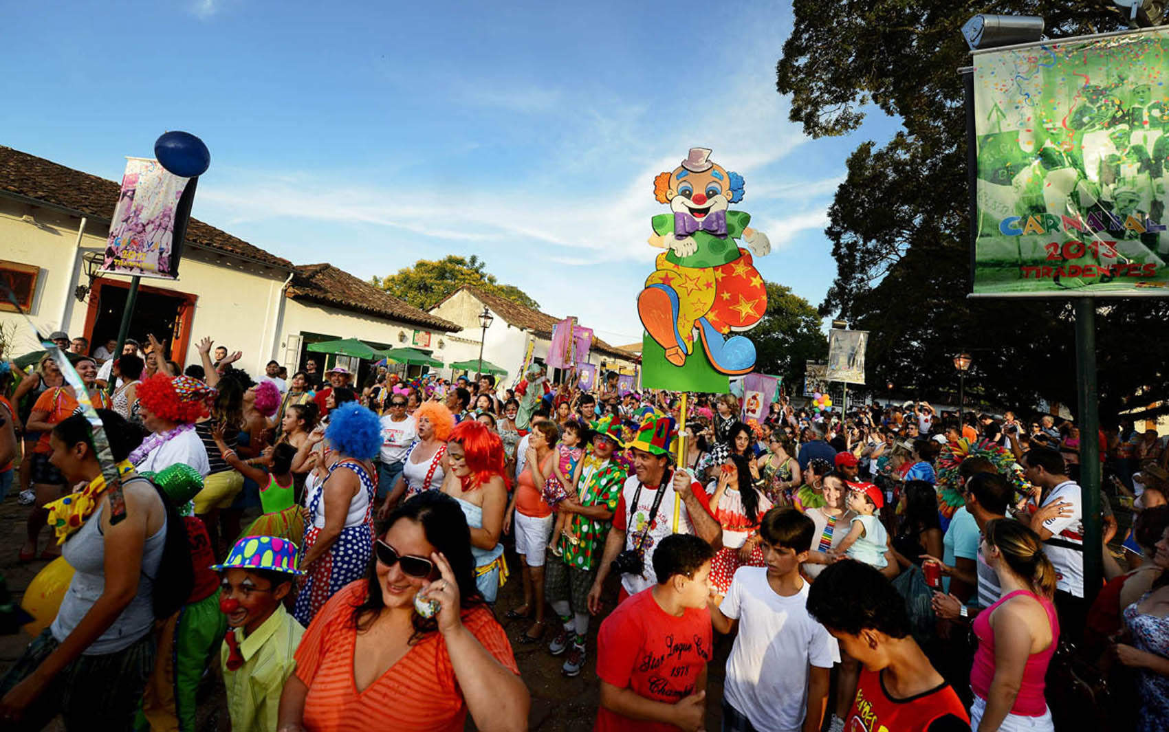Multidão segue bloco na praça de Tiradentes