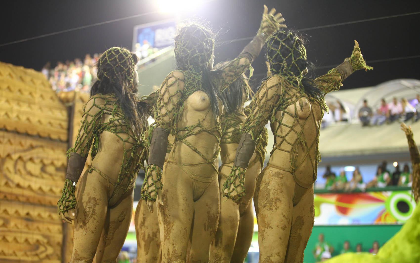 12/3/2013 - 'Musas anônimas' saúdam público durante apresentação da Unidos de Vila Isabel