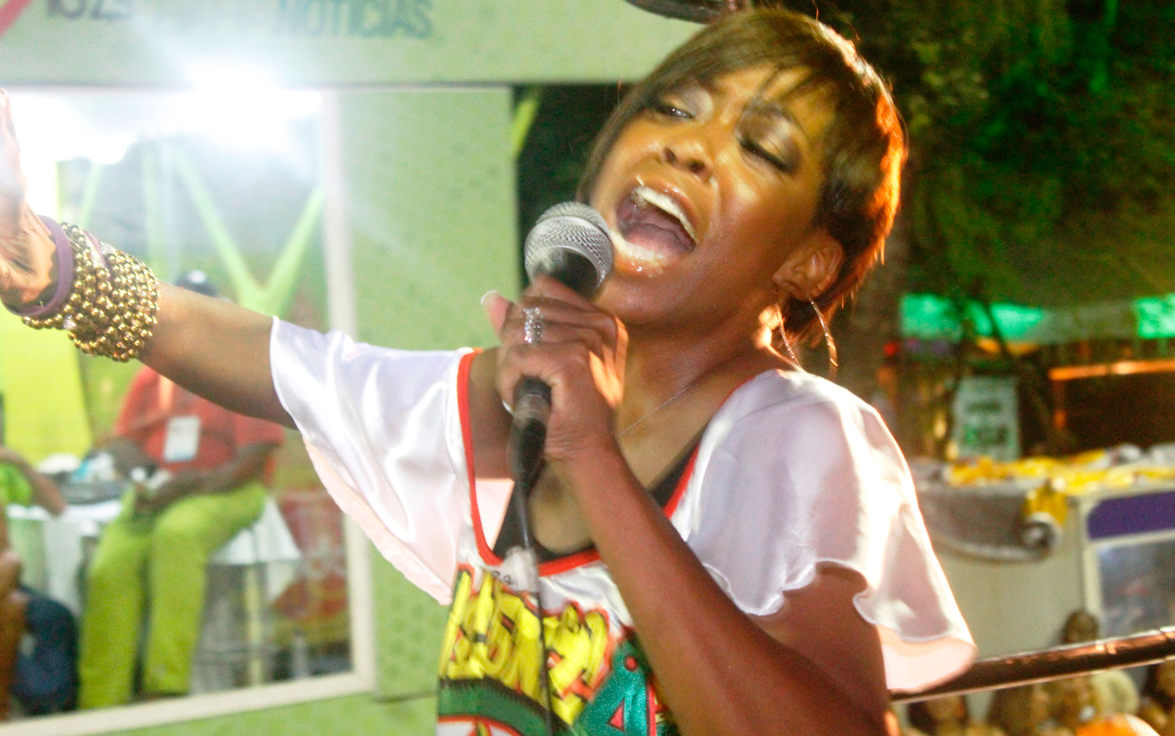 A atriz dá uma canja em cima do trio do Olodum