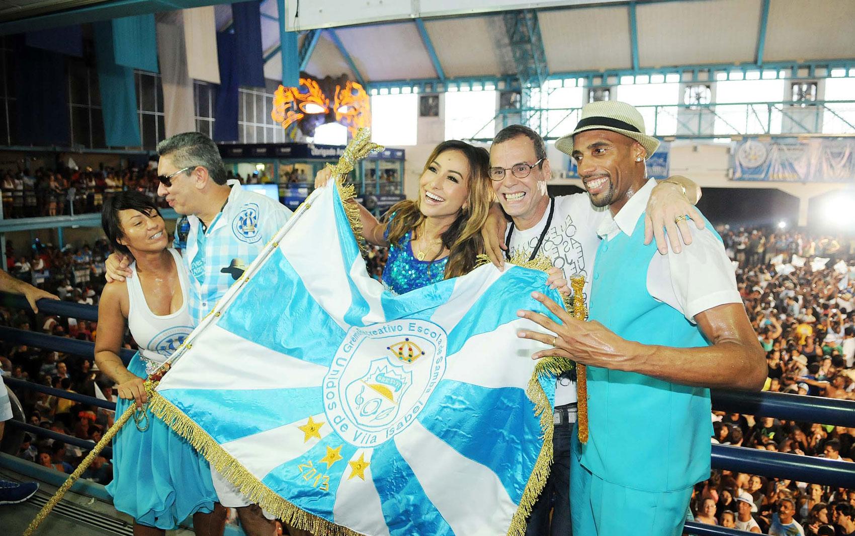 Sabrina Sato e Carlinhos de Jesus celebram com a bandeira da Unidos de Vila Isabel