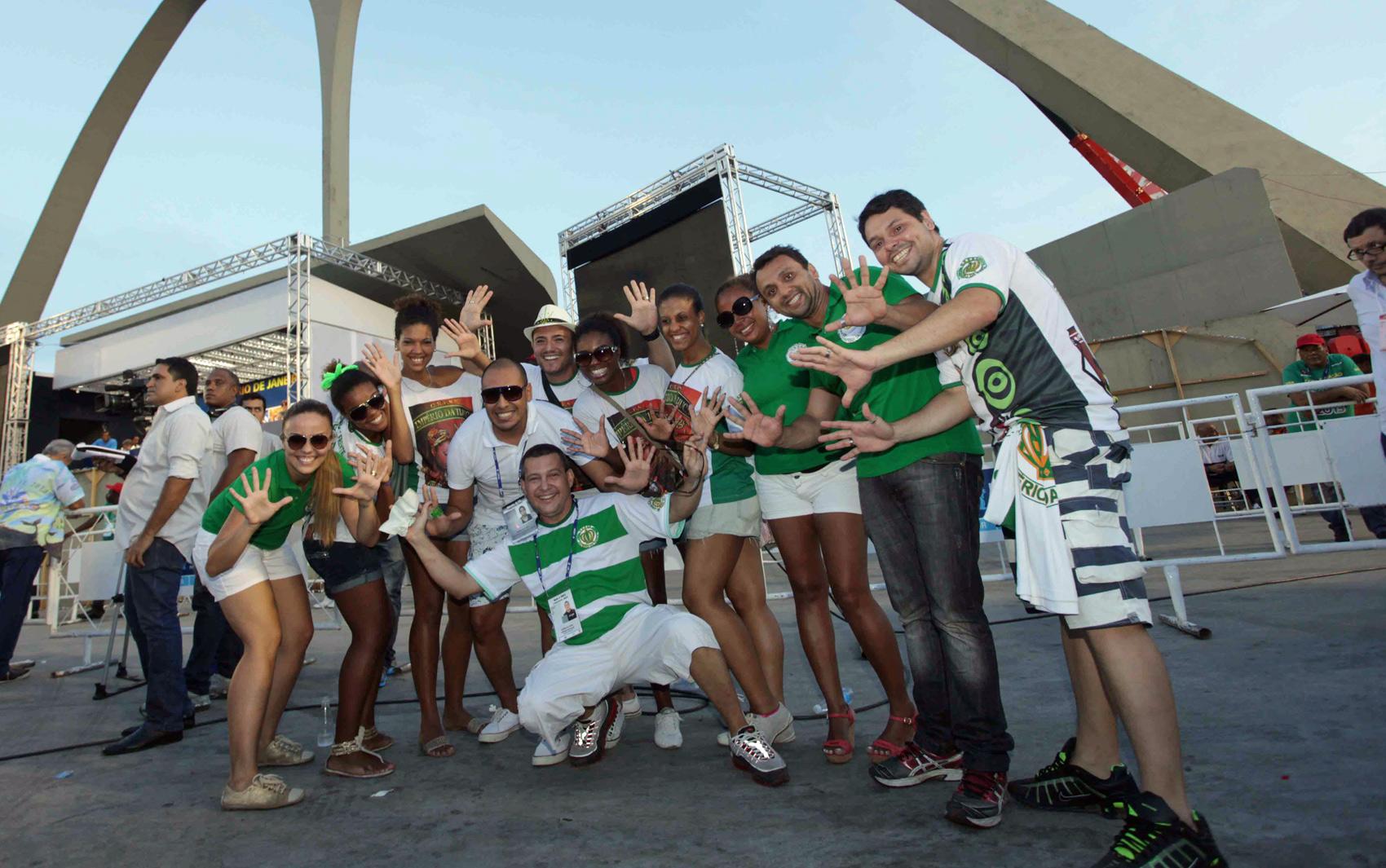 Integrantes da Império da Tijuca comemoram título da Série A do carnaval do Rio