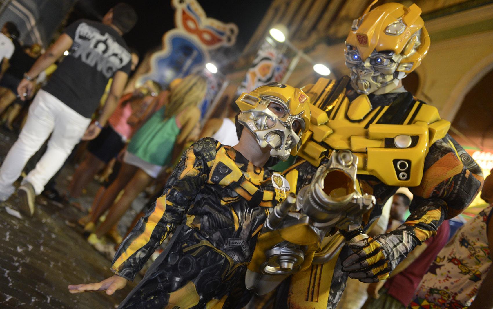 Na terça-feira de carnaval no Recefie, o jornalista Silvio Menezes e seu filho Felipe, de 5 anos, se fantasiaram de Bumblebee, personagem de 'Transformers'; Menezes afirma ter gastado R$ 1 mil nos trajes, importados dos EUA