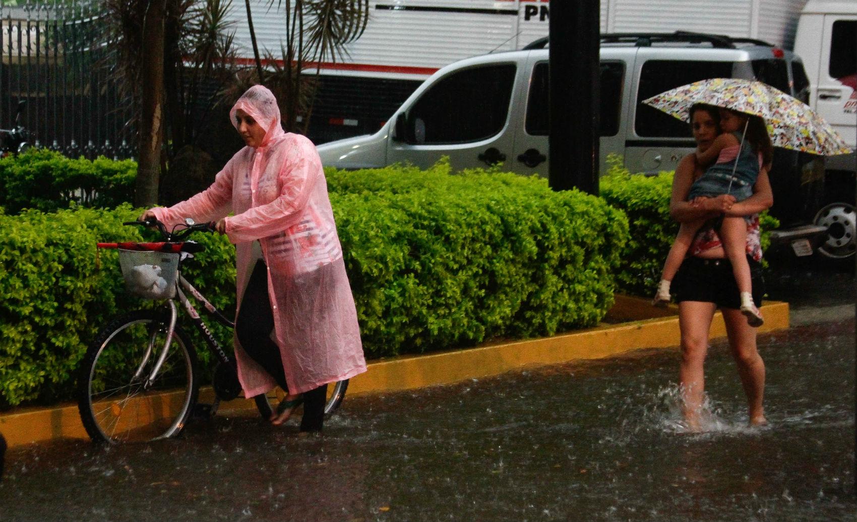 Chuva provoca alagamento no final da tarde desta quinta-feira no bairro do Bom Retiro, região central de São Paulo