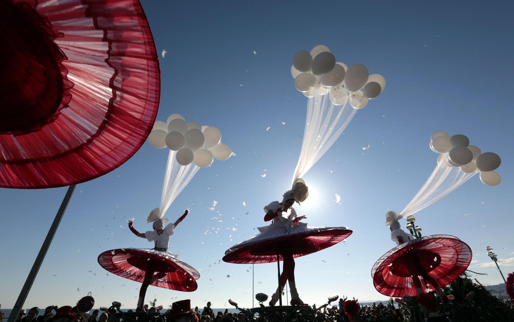 Artistas se apresentam durante o desfile de Carnaval em Nice, no litoral sul da França