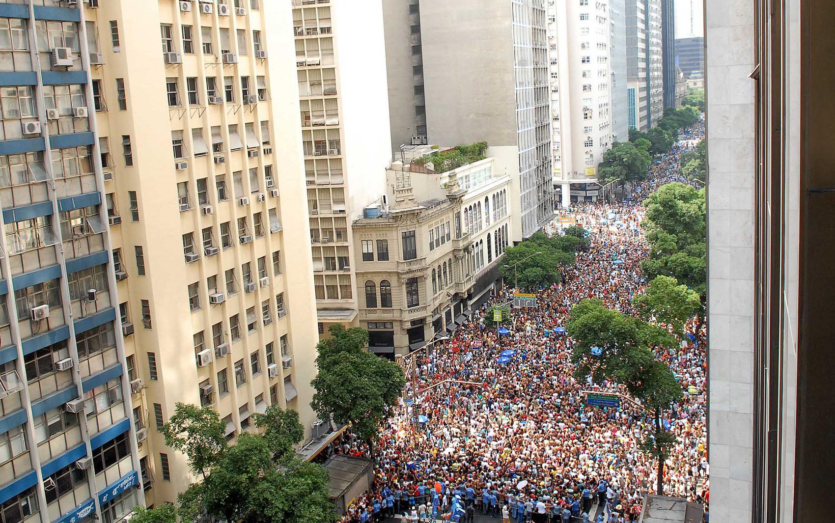 Multidão acompanha o desfile do Monobloco