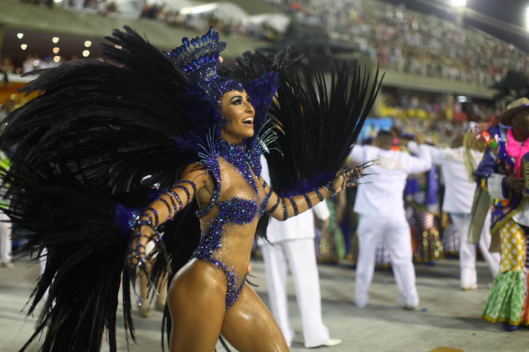 Rainha de bateria da Vila Isabel, Sabrina Sato despeja beleza no desfile das campeãs