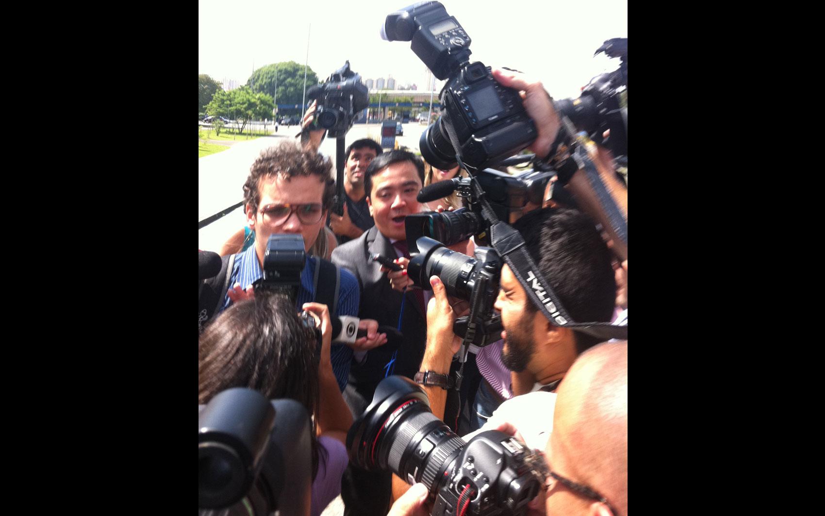 18/2/2013 - Jornalistas cercam Léo Rugai, acreditando que poderia se tratar do irmão na chegada ao Fórum da Barra Funda.