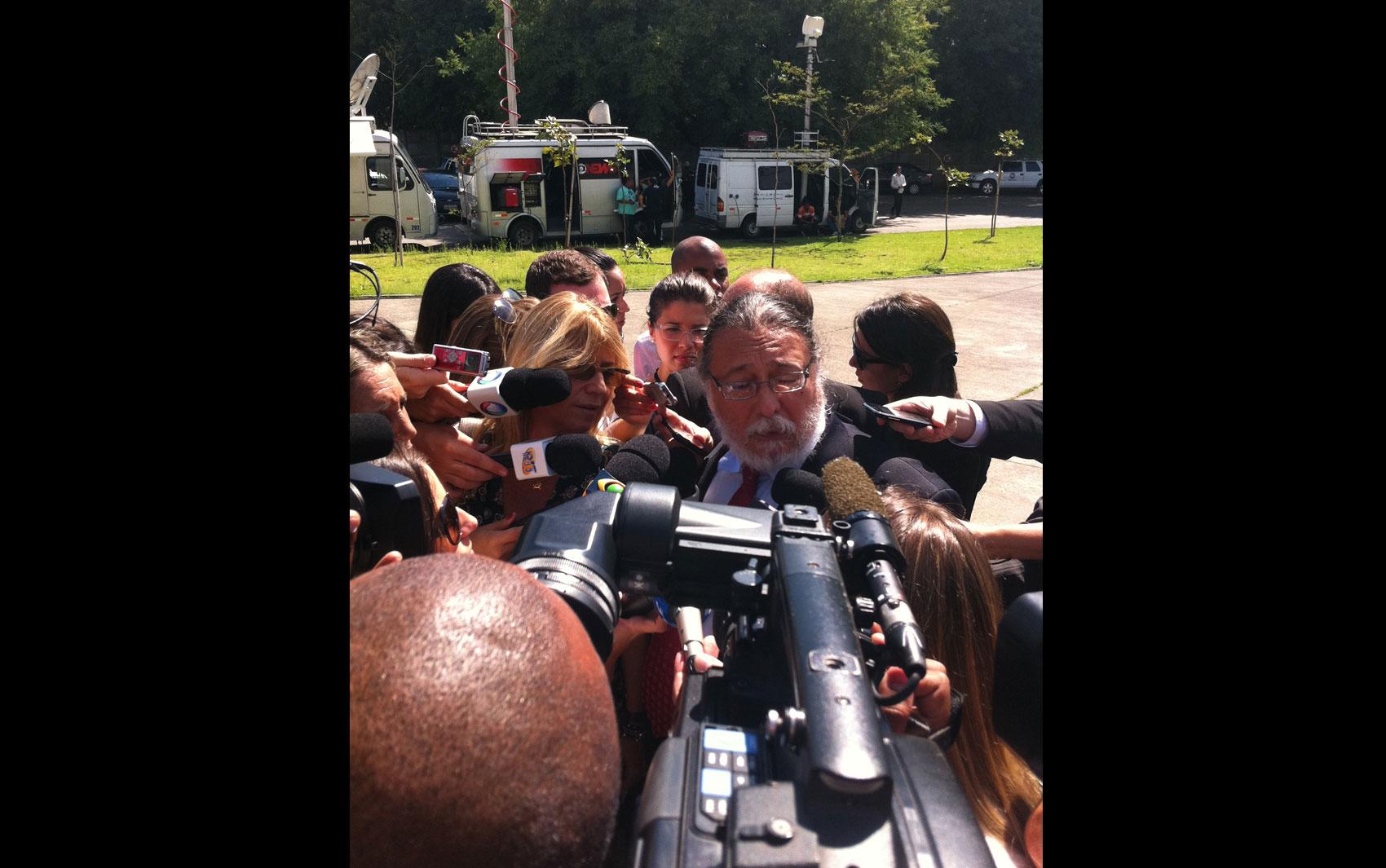 18/2/2013 - O perito Ricardo Molina, que auxilia a defesa do Gil Rugai, afirmou em sua chegada que 'o caso está todo errado do começo ao fim'. 'Inferências são transformadas em evidências. A perícia é ridícula', declarou.