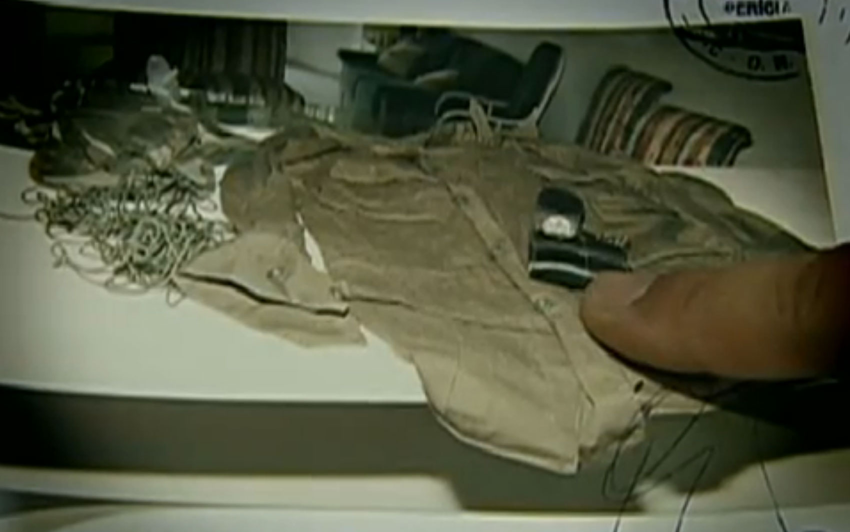 No quarto de Gil Rugai, a polícia encontrou munição, um certificado para compra de um coldre para pistola, um certificado de curso de tiro e a tampa de um baú perfurada por disparo de pistola igual à que causou a morte do casal.