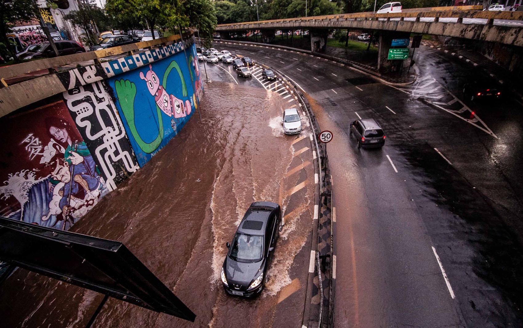 Motoristas enfrentam ponto de alagamento na passagem entre a Rua da Consolação e a Avenida Paulista, na região central de São Paulo, na tarde desta terça-feira (19)