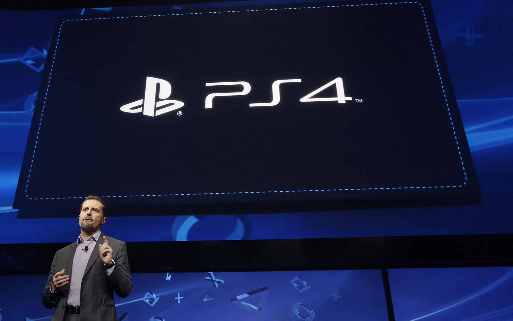 Andrew House, presidente e diretor-executivo da Sony Computer Entertainment Inc., anuncia o PlayStation 4