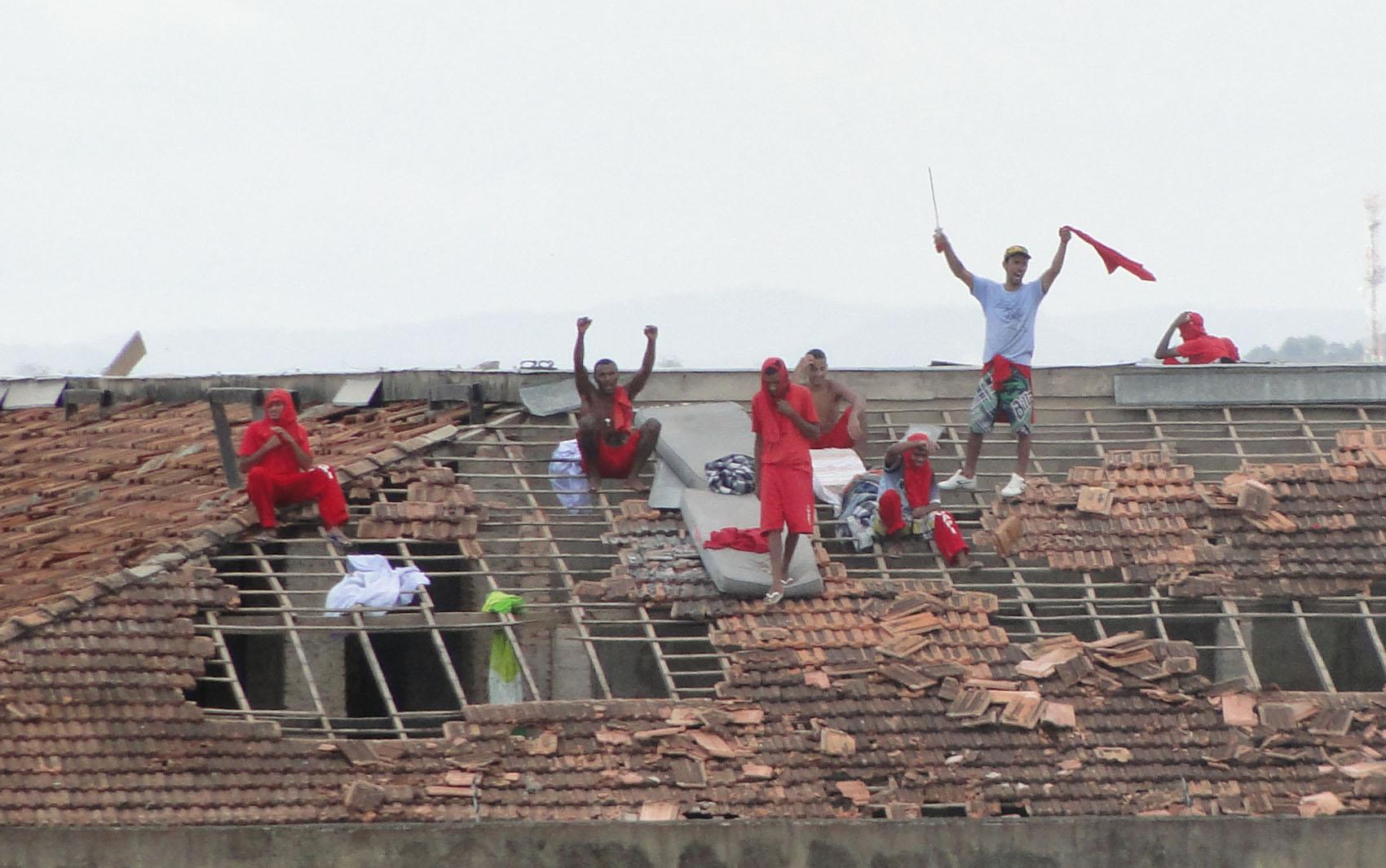 Rebelião continua na tarde desta sexta-feira (22) na Penitenciária Nelson Hungria, em Contagem.