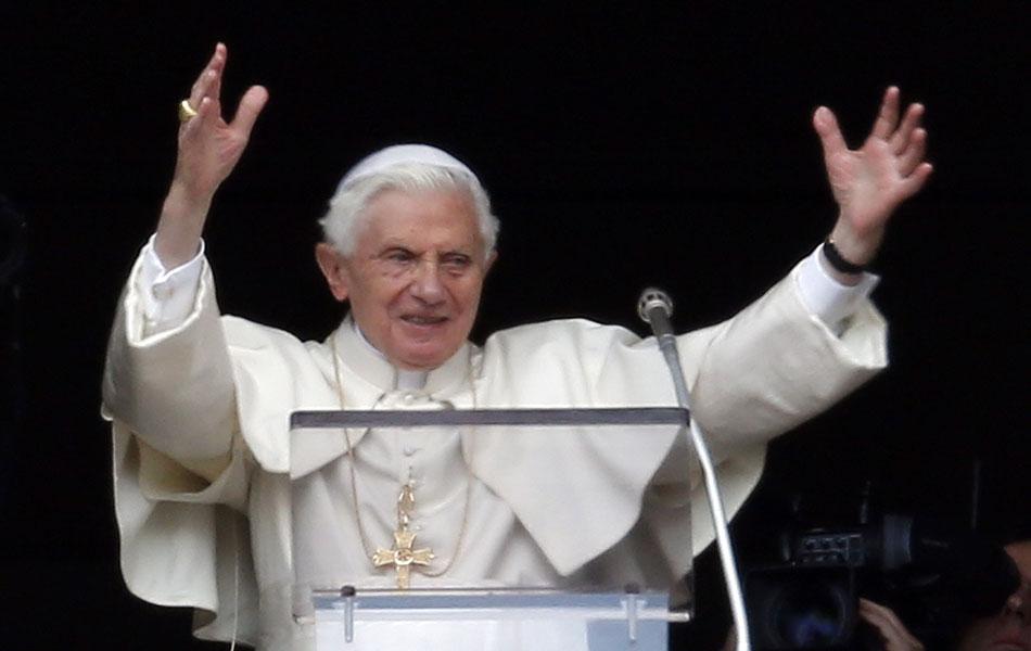 Papa Bento XVI saúda multidão de fiéis presentes neste domingo durante a oração do Ângelus