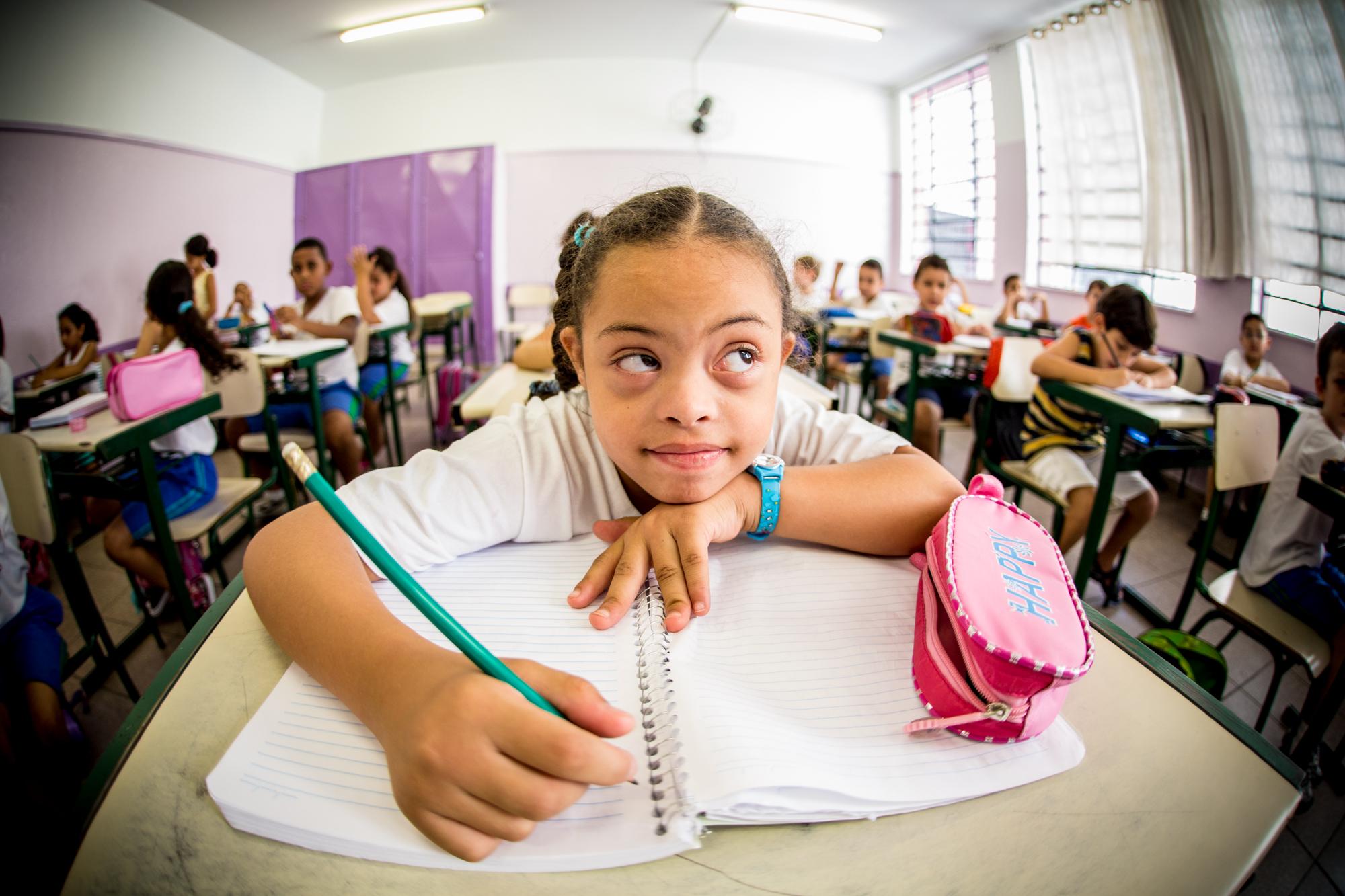 Lettícia da Silva Santos Azevedo, de 7 anos, tem sindrome de Down e estuda na Escola Municipal Celso Leite Ribeiro Filho, em São Paulo. Pela manhã, a garota altera atividades na Apae de São Paulo e na ONG Novo Olhar