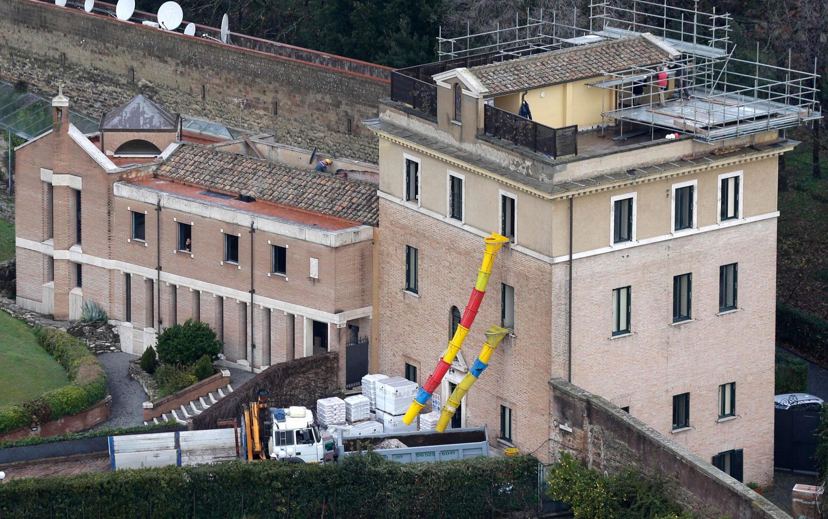 Operários e jardineiros trabalham há dias para preparar a futura residência de Bento XVI, um antigo convento sobre as colinas do Vaticano, com vista para a cúpula da Basílica de São Pedro e para os telhados da Cidade Eterna