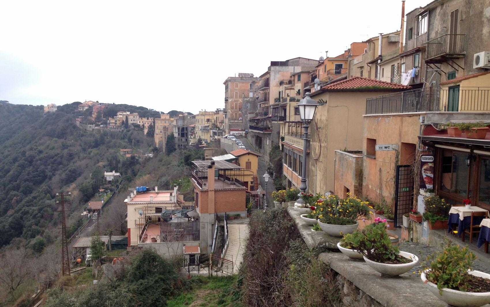 Residências em Castel Gandolfo, local da residência provisória do Papa Emérito Bento XVI.