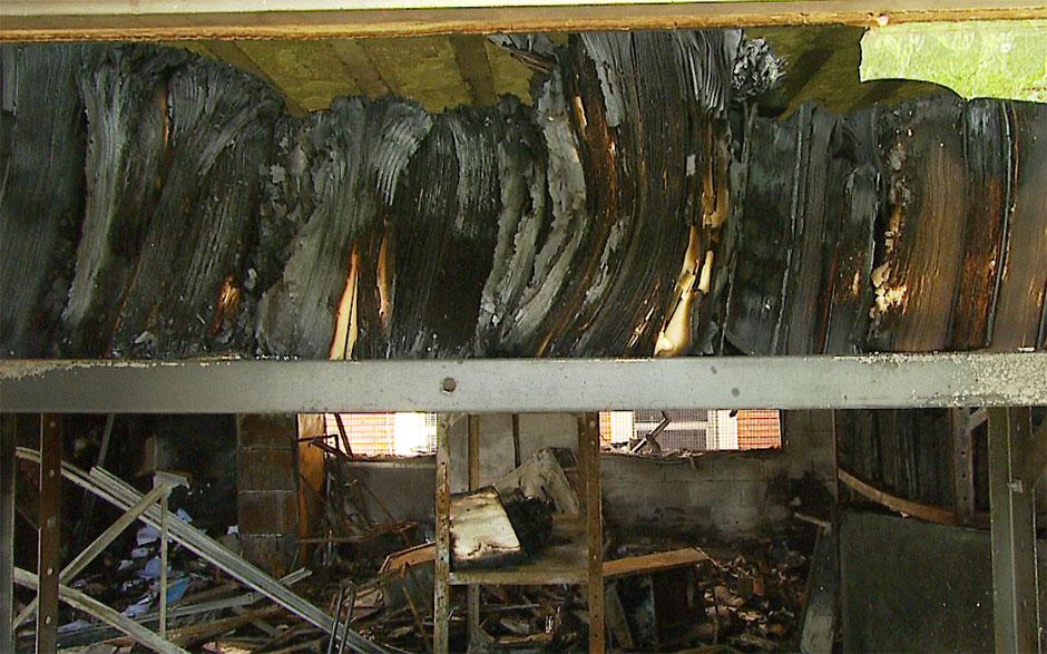 Livros ficaram destruídos após o incêndio no prédio da biblioteca do Instituto de Estudos da Linguagem (IEL) da Unicamp