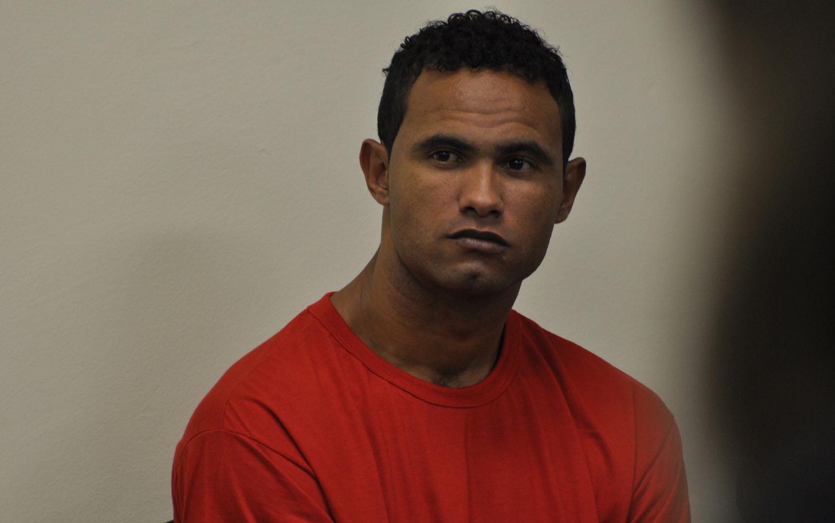 04/03/2013 - Bruno aguarda o início do julgamento