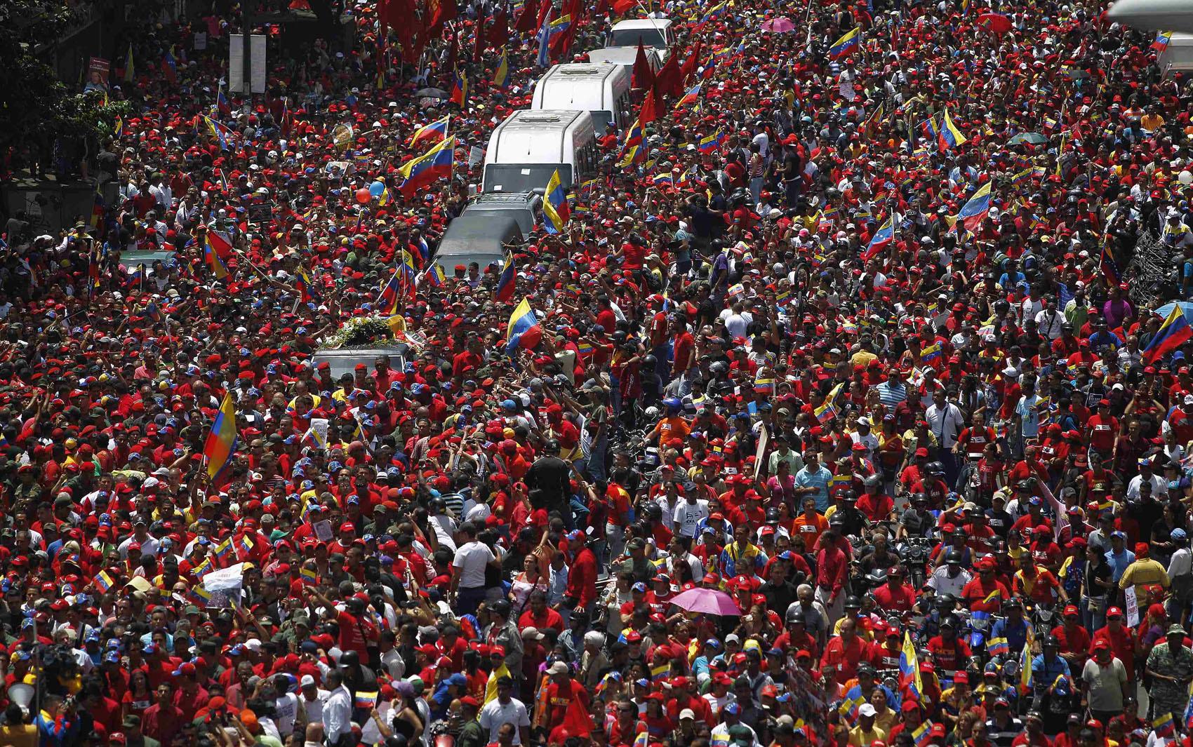 Multidão cerca o caixão com o corpo de Hugo Chávez durante cortejo