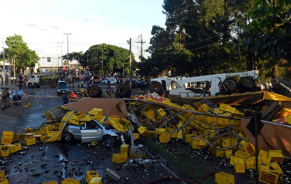 Carreta de cerveja desgovernada tombou na pista em cima de veículos