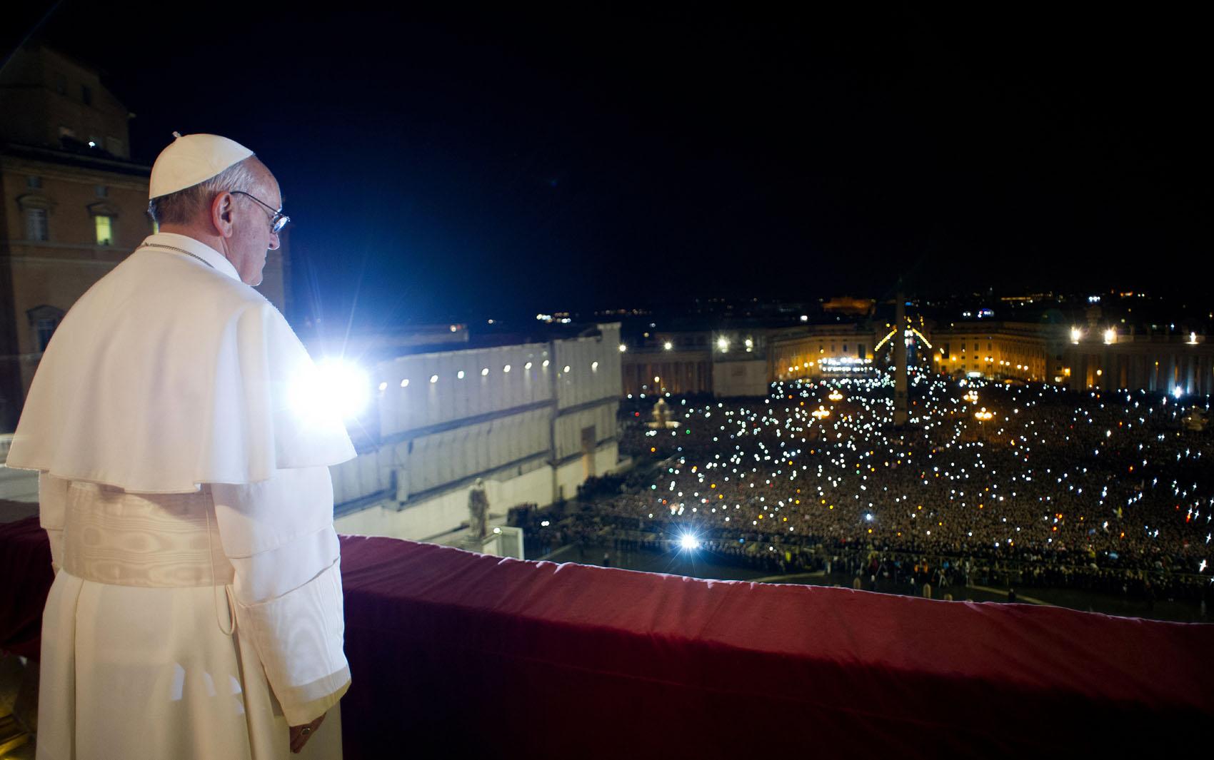 A primeira aparição do Papa Francisco na sacada do Vaticano