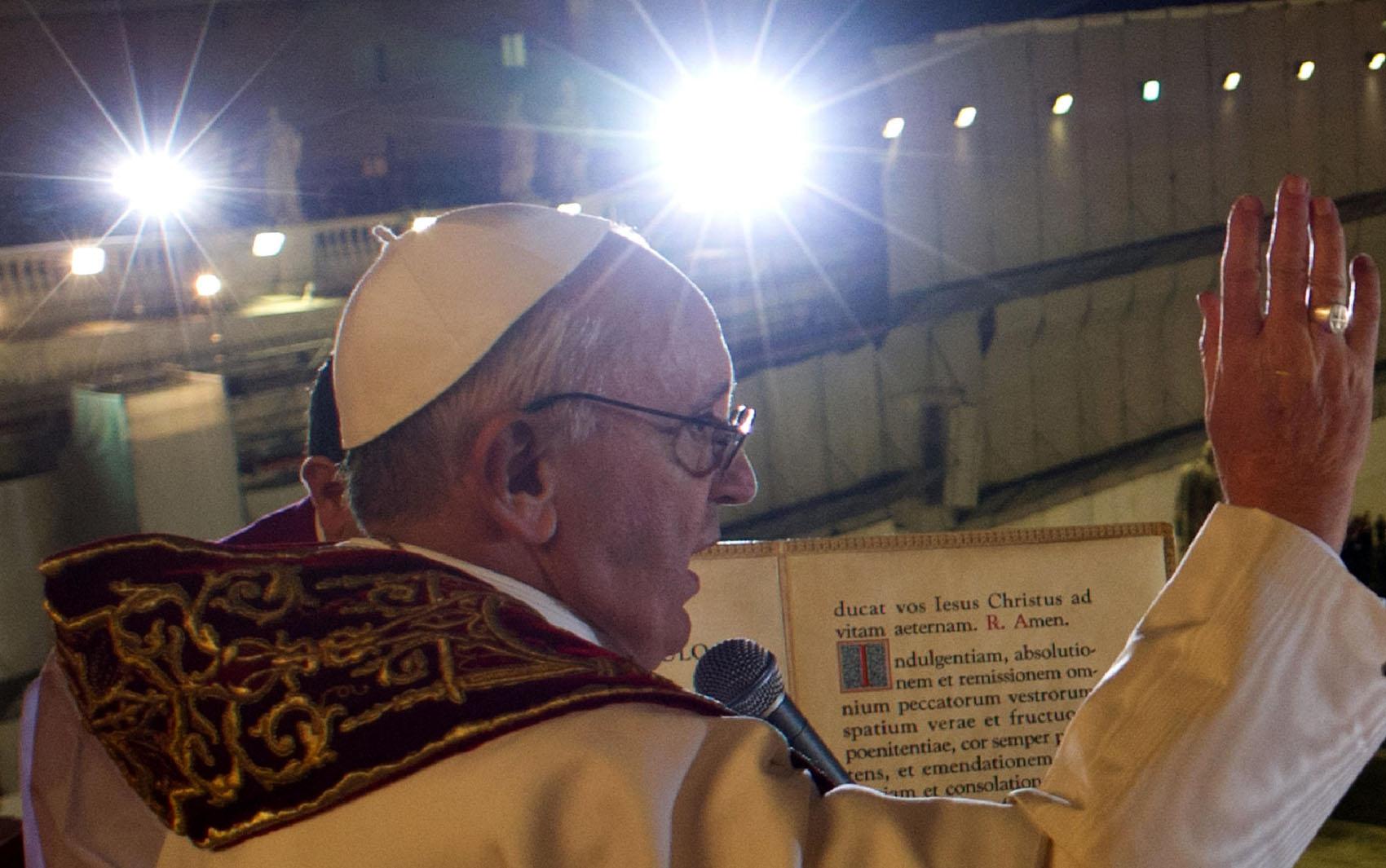 Papa Francisco já com a vestimenta fala aos fiéis no Vaticano