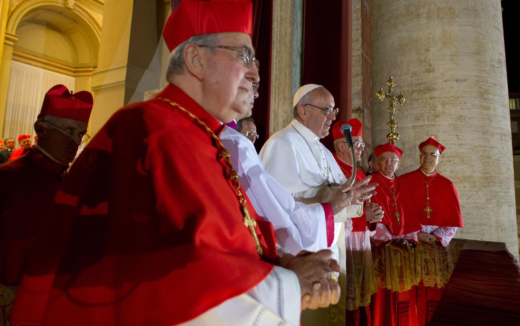 Papa Francisco dirige as primeiras palavras aos fiéis na Praça São Pedro