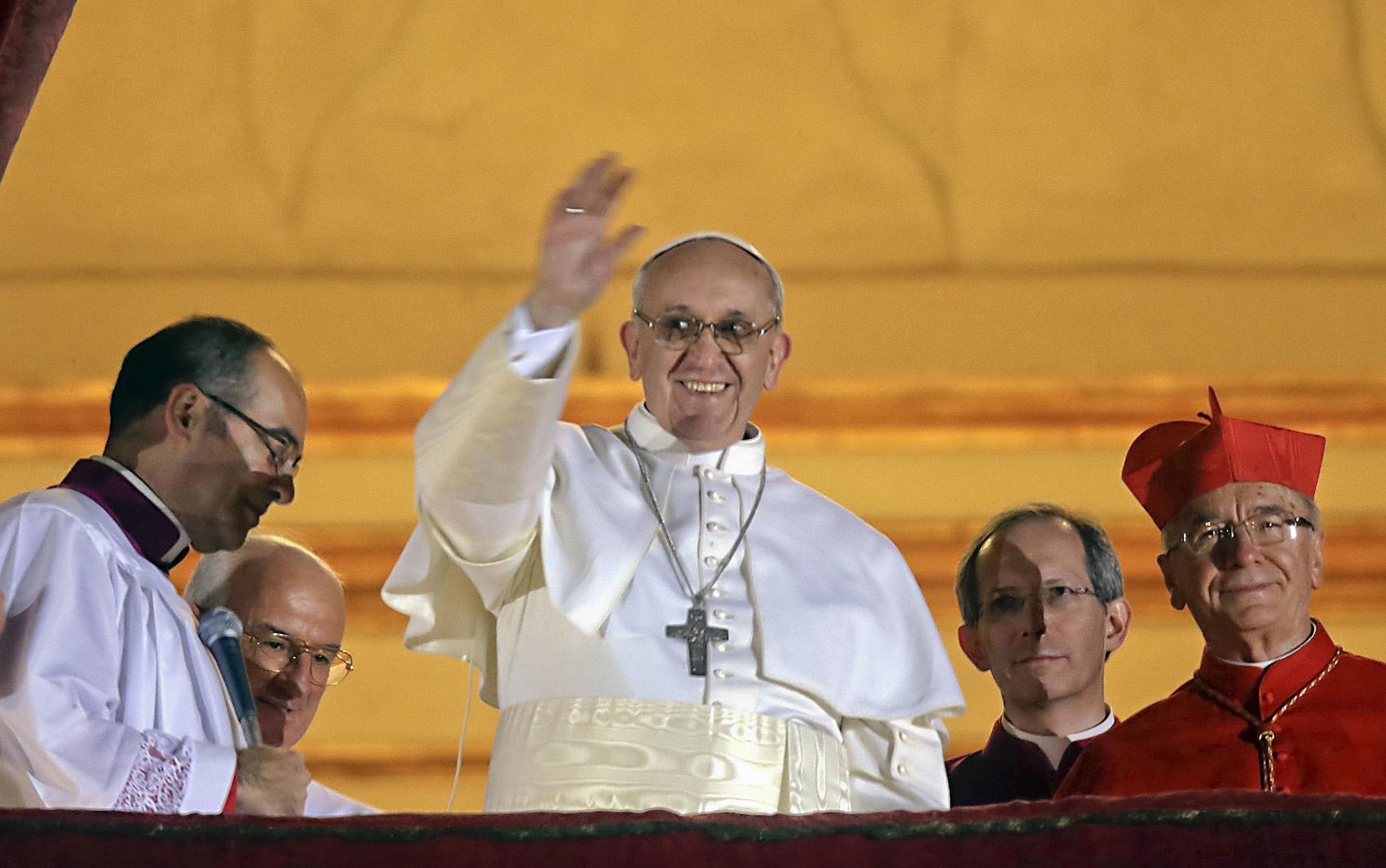 Em 13 de março de 2013, o cardeal Jorge Mario Bergoglio é eleito Papa e escolhe o nome de Francisco. Na imagem, é possível ver o cardeal brasileiro Cláudio Hummes ao lado do pontífice