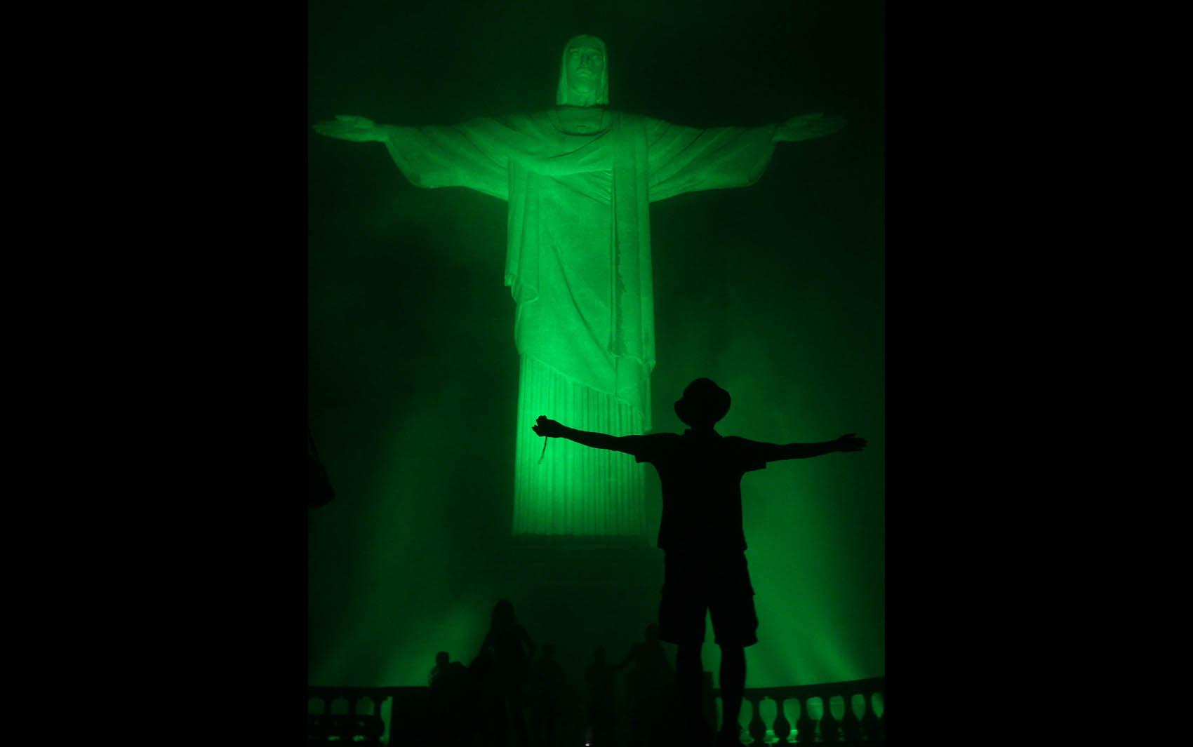 Estátua do Cristo Redentor, no Rio de Janeiro, recebe iluminação verde em homenagem ao Dia de São Patrício (Saint Patrick's Day), evento em comemoração ao santo padroeiro da Irlanda.