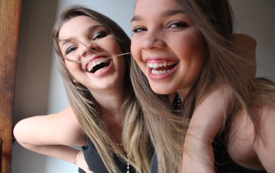 As irmãs Gabriella e Isabella Figueiredo, de 21 anos, nasceram de uma gestação natural - galeria_foto_gemeas