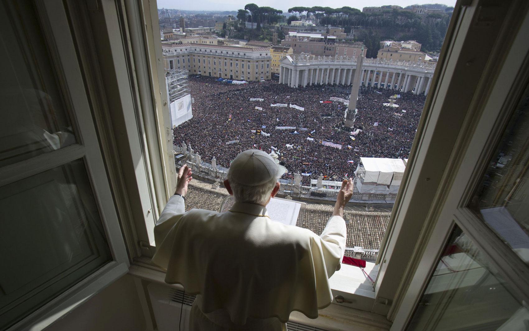 O Papa Francisco faz a oração do Ângelus diante da Praça de São Pedro lotada