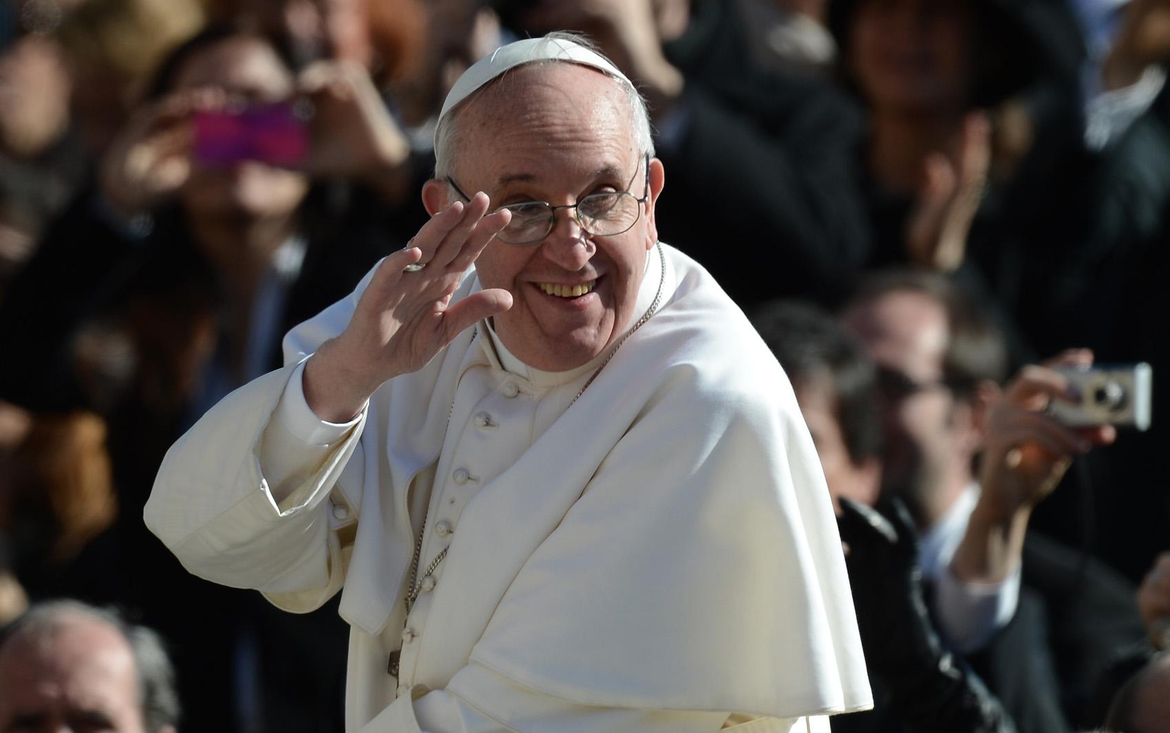 Papa Francisco cumprimenta os fiéis na Praça de São Pedro antes da missa