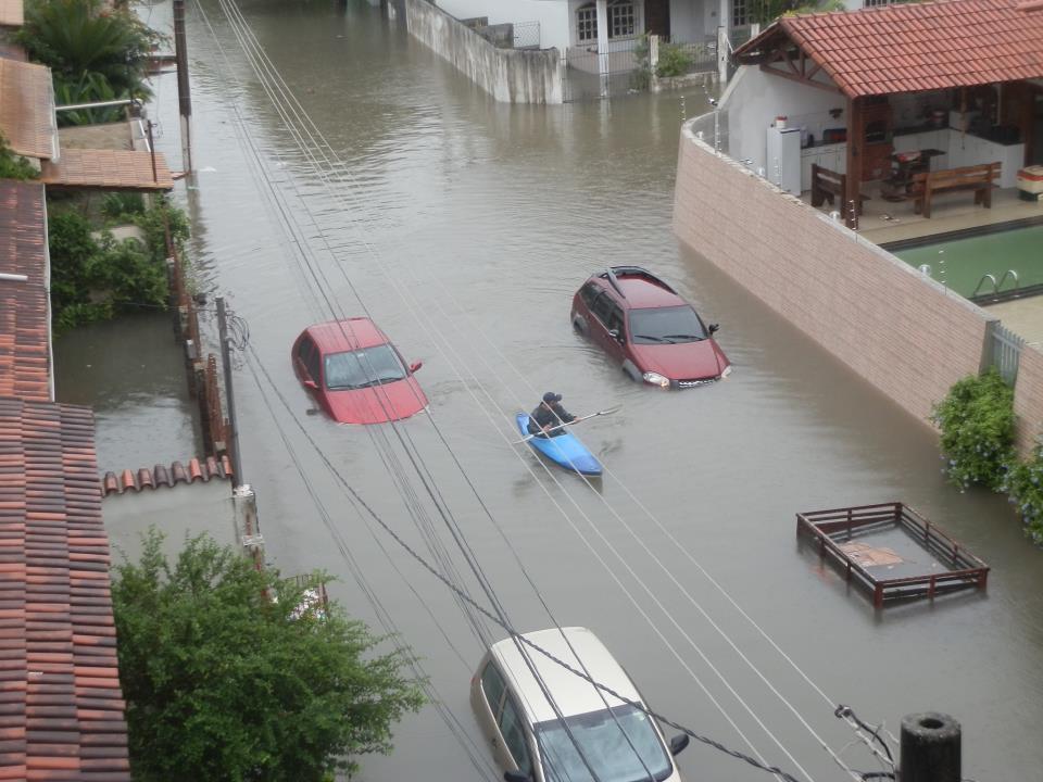 Morador de Vila Velha sai de casa em caiaque.