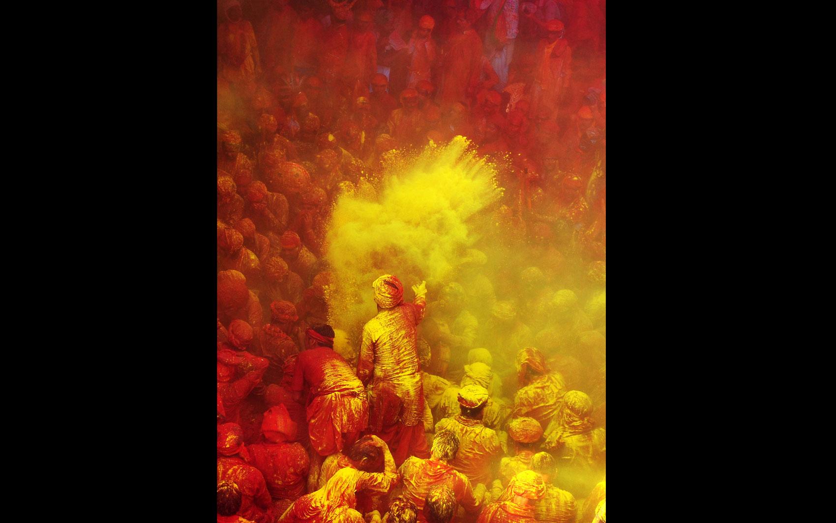 Fiéis hindus participam de guerra de pó colorido no templo Radha Rani, em Barsana, Índia. A comemoração faz parte do Lathmar Holi, festa que ocorre na cidade dias antes do nacionalmente tradicional festival Holi. A festa nacional ocorre na quarta (27).
