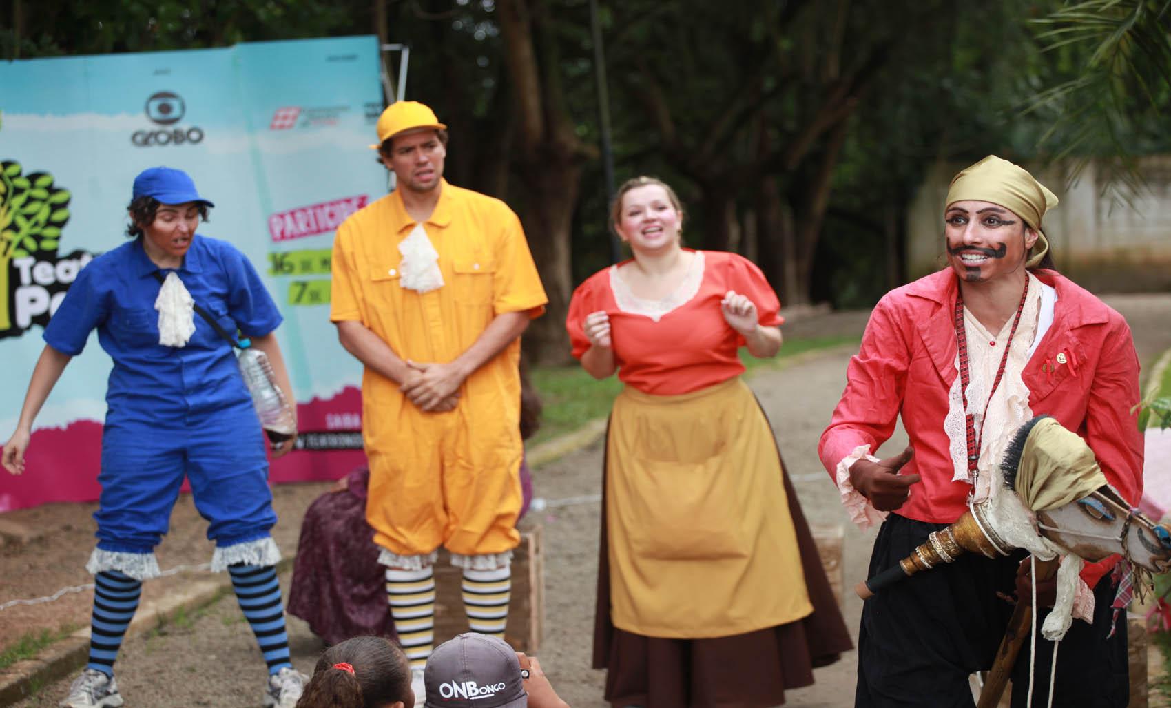 """O grupo """"Arte Simples de Teatro"""" apresentou """"A Festa"""" no Parque Ecológico, em Diadema, neste domingo (24). Sétima edição da mostra Teatro nos Parques segue até o dia 7 d"""