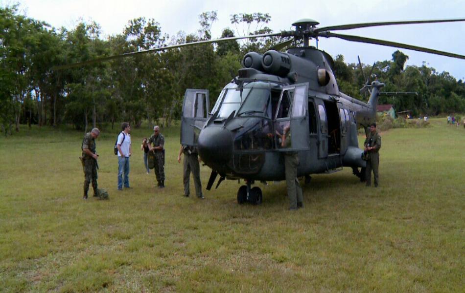 Equipes chegando de helicóptero para ação