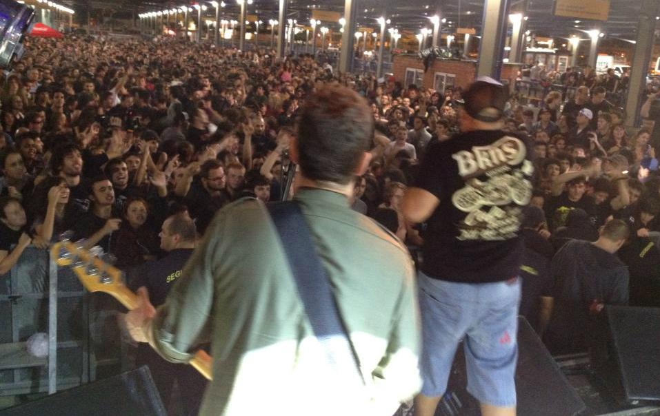 Público se reúne para assistir ao show do Raimundos