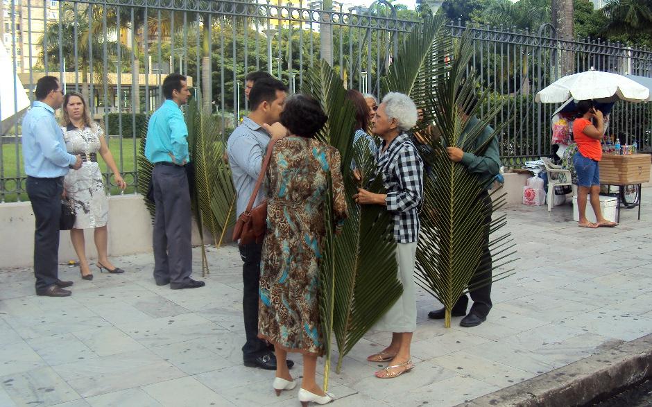 Fieis aguardavam a chegada da procissão de ramos.