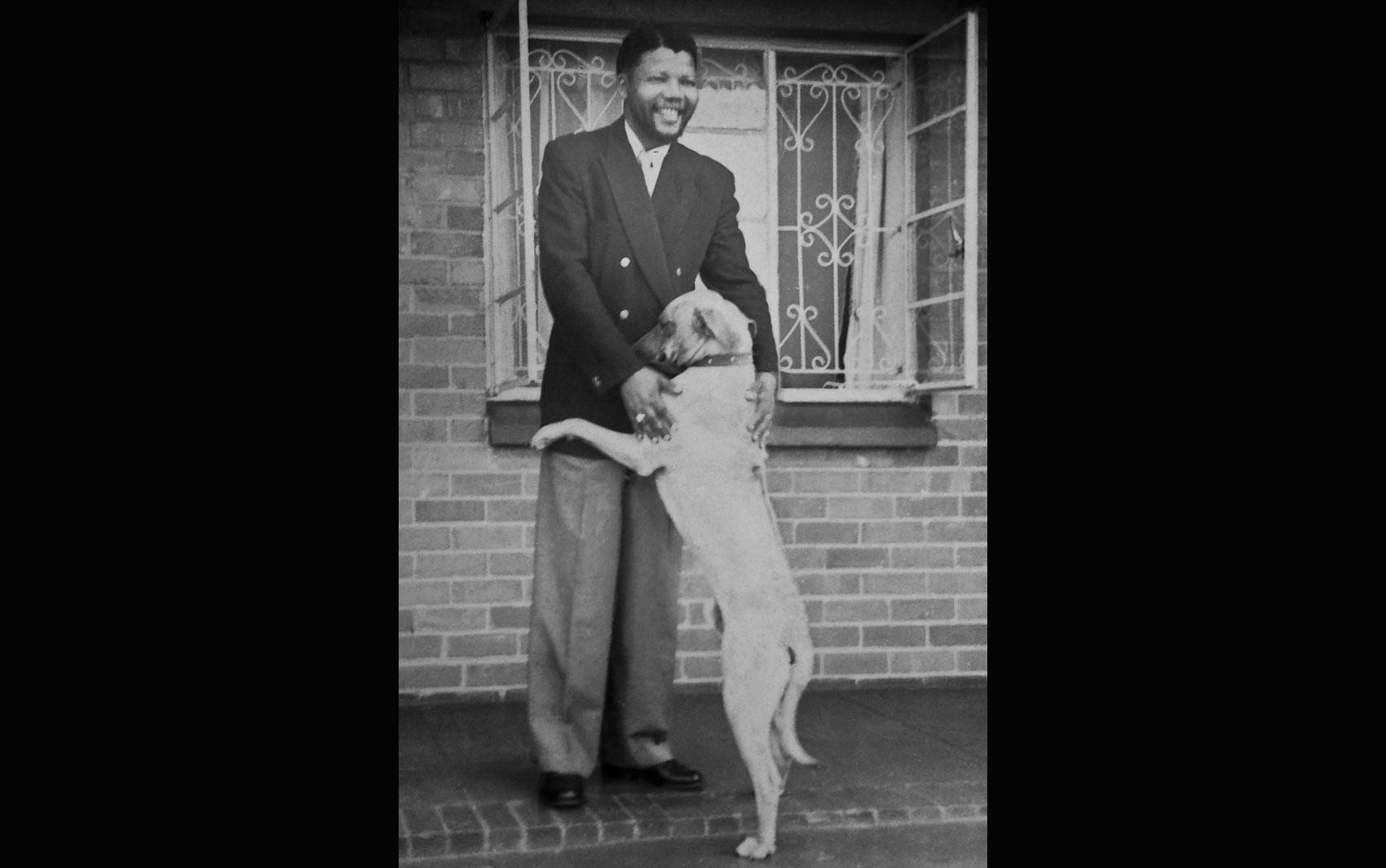 Foto de arquivo sem data atribuída mostra Nelson Mandela ainda jovem