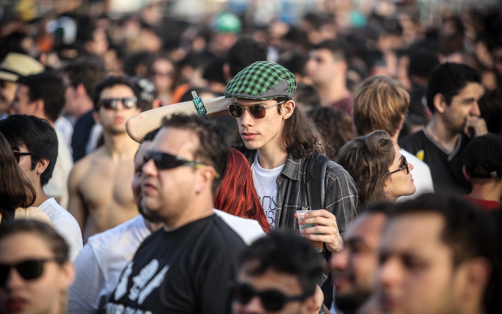 Garoto com cabelo comprido assiste ao terceiro dia de show no Lollapalooza