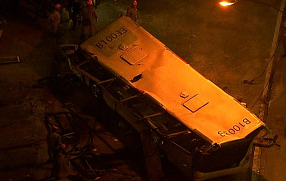 No começo da noite o ônibus que caiu do viaduto no Rio de Janeiro foi desvirado pela equipe de resgate.