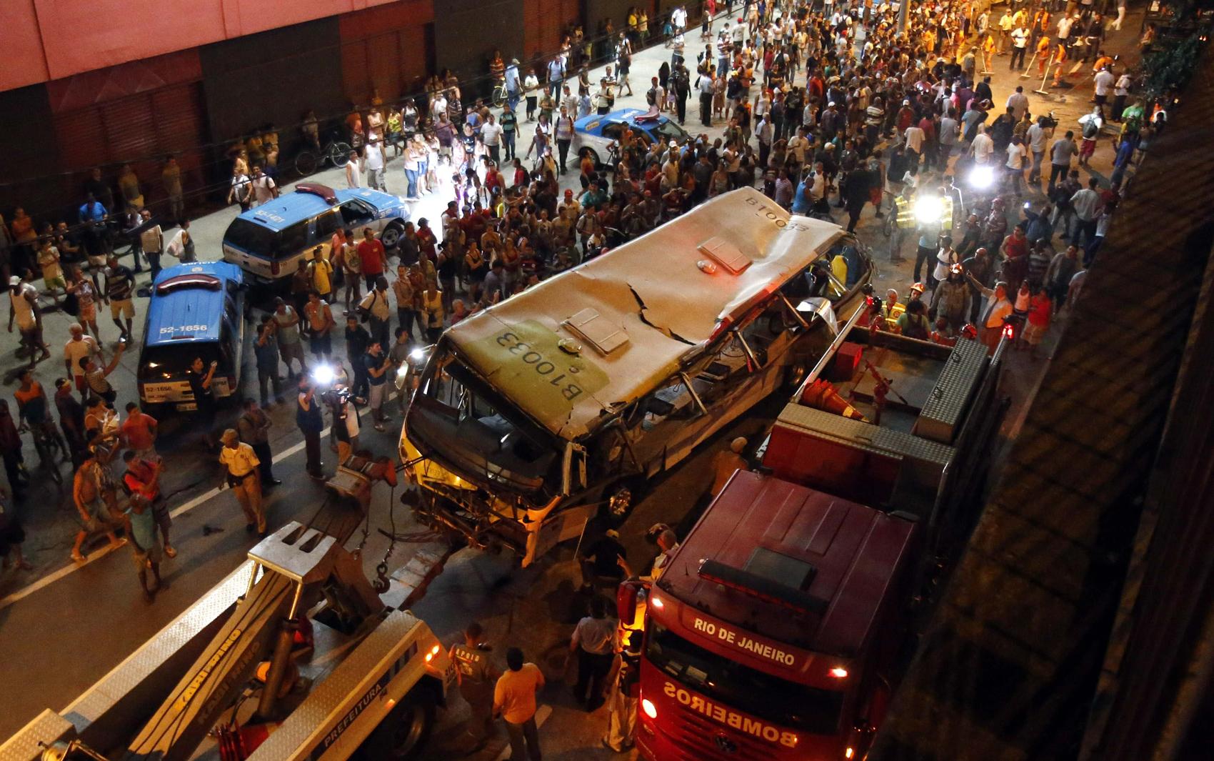 Guincho retira o ônibus do local do acidente no Rio de Janeiro.