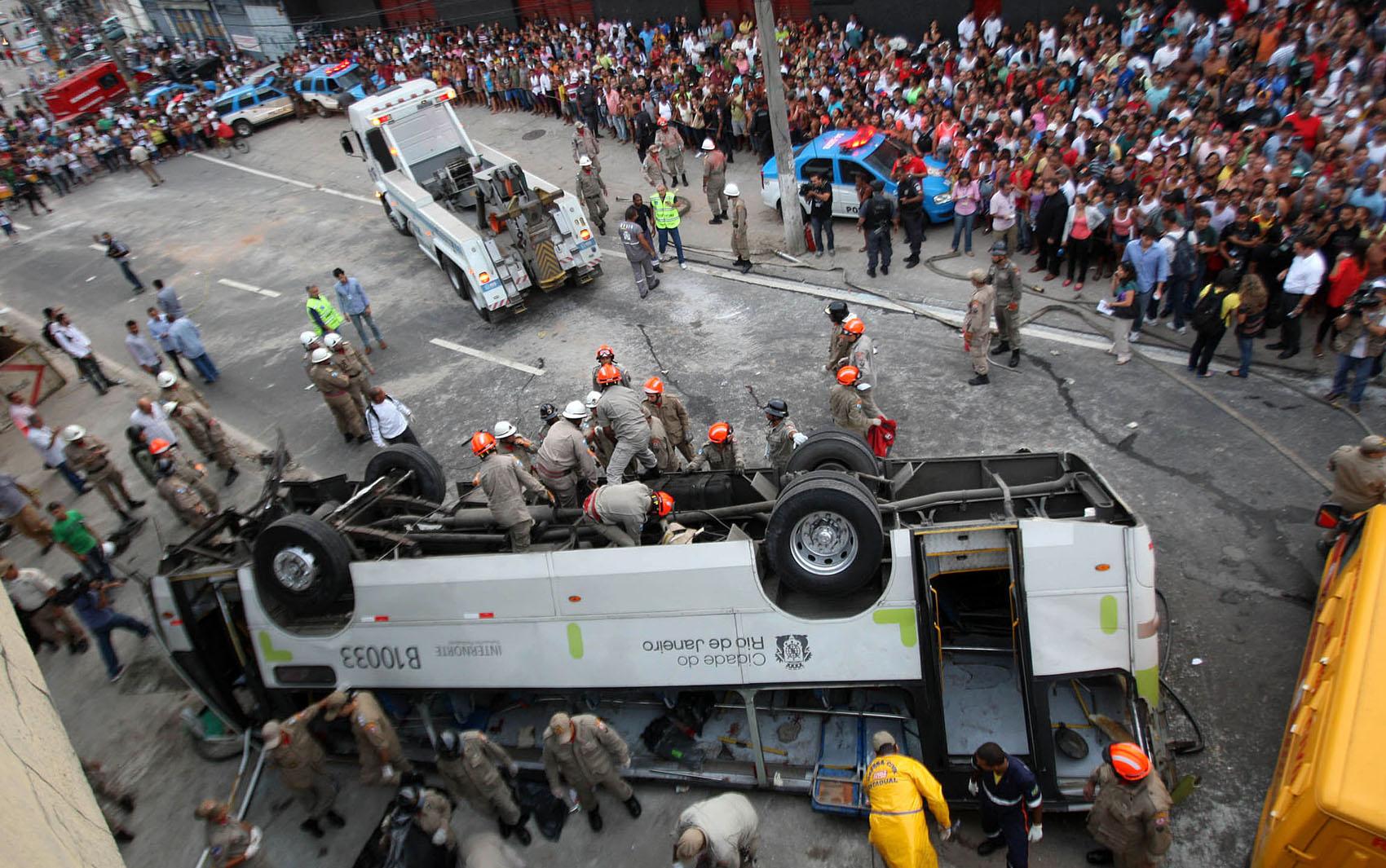 Curiosos acompanham o resgate das vítimas do acidente que deixou 7 mortos no Rio de Janeiro.